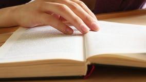 De handen die van vrouwen een boek (HD) doorbladeren learning stock video