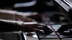 De handen die van vrouwen de pianosleutels spelen Close-up van vrouwelijke handen terwijl het spelen van de piano Mooi licht stock videobeelden