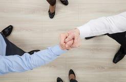 De handen die van zakenlieden een gebaar van een geschil of een vast lichaam aantonen Stock Fotografie