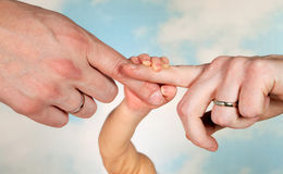 De handen en de ouders van de baby Stock Foto's