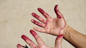 De handen en de vingers schilderden rood stock foto's