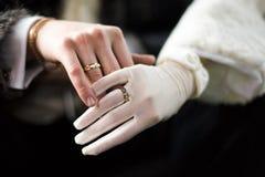 De handen enamoured met trouwring stock fotografie