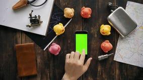 De handen gebruiken telefoon met de verschilde rode chroma zeer belangrijke schermen -, blauw, groen stock video