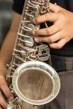 De handen houden een saxofoon royalty-vrije stock foto's