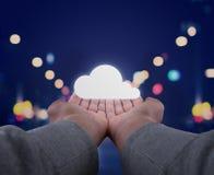De handen houden een wolk Stock Fotografie