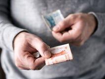 De handen houden Moldovische leu stock afbeelding