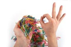 De handen houdt paperclippen en geeft gebaar 3 Stock Foto's