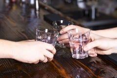 De handen maken toejuicht met glazen stock fotografie