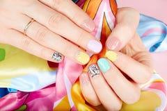 De handen met mooi manicured spijkers Stock Afbeeldingen