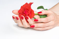 De handen met rode manicure die namen houdt toe Stock Afbeelding