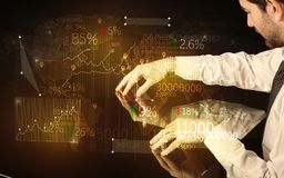 De handen navigeren op high-tech slimme lijst met bedrijfspictogrammen Stock Fotografie