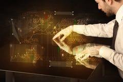 De handen navigeren op high-tech slimme lijst met bedrijfspictogrammen Royalty-vrije Stock Afbeelding