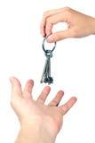 De handen ruilen geïsoleerder sleutels Royalty-vrije Stock Foto's