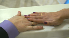 De handen` s jonggehuwden worden samen geplakt Sluit omhoog stock video
