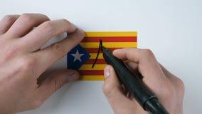 De handen schrijft nr op de Catalaanse vlag stock footage