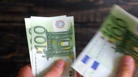 De handen tellen 500 euro stock video