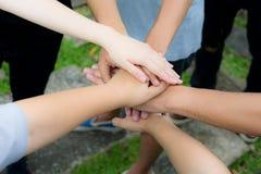De handen treden samen toe als verplichting aan het werk als sterk team stock foto