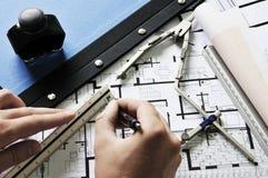 De handen van architecten het schetsen Royalty-vrije Stock Afbeeldingen