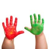 De handen van babys die in kleurrijke verf worden ondergedompeld. Royalty-vrije Stock Fotografie