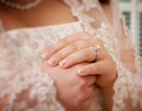 De Handen van bruiden Stock Afbeeldingen