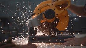 De handen van de close-upmening van mechanische hoekige malende machine in actie, vonken vliegen apart stock videobeelden