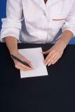De handen van de arts het schrijven. Stock Foto