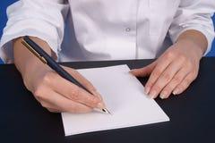 De handen van de arts het schrijven. Close-up. Royalty-vrije Stock Foto's