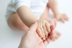De handen van de baby en van de moeder Stock Afbeelding
