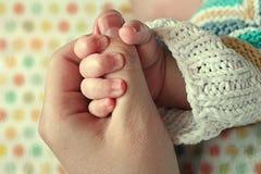 De handen van de baby en van de moeder Stock Fotografie