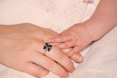 De Handen van de baby en van Moeders stock foto's
