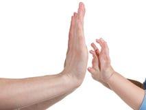 De handen van de baby en van moeders die op wit worden geïsoleerdw stock foto's