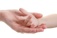 De handen van de baby en van moeders die op wit worden geïsoleerdw stock afbeeldingen