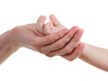 De handen van de baby en van moeders die op wit worden geïsoleerdw royalty-vrije stock foto