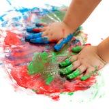De handen van de baby het schilderen. royalty-vrije stock fotografie