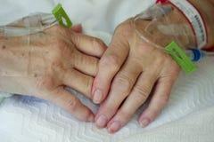 De handen van de bejaarde stock afbeeldingen