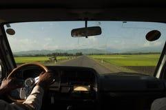 De handen van de bestuurder op een stuurwiel terwijl het drijven, Stock Foto's