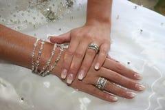 De handen van de bruid stock afbeeldingen