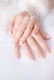 De handen van de bruid Stock Foto's