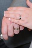 De handen van de bruid en van bruidegoms stock fotografie