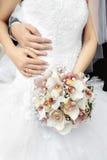 De handen van de bruid en van de bruidegom Stock Foto