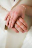 De handen van de bruid en van de bruidegom Royalty-vrije Stock Fotografie