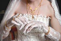 De hand van de bruid Stock Foto's