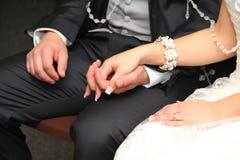De Handen van de bruidegom en van de Bruid Royalty-vrije Stock Afbeelding