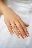 De handen van de bruidholding Royalty-vrije Stock Foto's