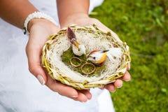De handen van de bruidholding Stock Afbeelding
