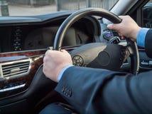 De handen van de chauffeur Stock Foto's