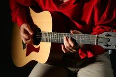 De handen van de close-up met gitaar Royalty-vrije Stock Foto's