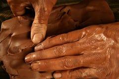De handen van de craftmanshippottenbakker van het aardewerk werken klei Stock Afbeeldingen