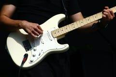 De handen van de gitaarspeler met elektrische stratocastertype gitaar Royalty-vrije Stock Fotografie