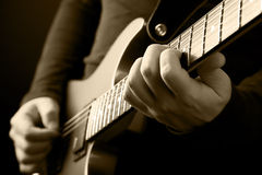 De handen van de gitarist Stock Afbeelding